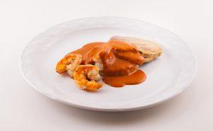 Mar y tierra, galleta de risotto, juliana de verduras y crema de guajillo