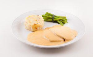 Mechado de res, fondue de queso de cabra con chipotle, puré de papa con ajo rostizado y tocino, atado de ejotes