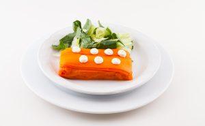 Mil hojas de zanahoria rostizada, aderezo de jocoque y ensaladita de espinaca