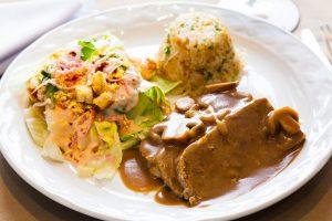 Mechado en salsa buguiñón con arroz hindú y ensalada de la casa