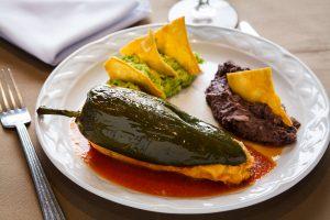 Tamachile con frijoles refritos y guacamole