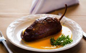 Chile ancho relleno de cangrejo acompañado con salsa de mango