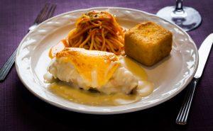 Suprema de ave a la florentina con papa cubo y espagueti arabiata