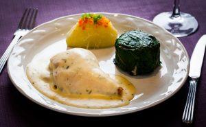 Suprema de ave en salsa de estragon con papa y pimientos y risoto de champiñon con acelgas