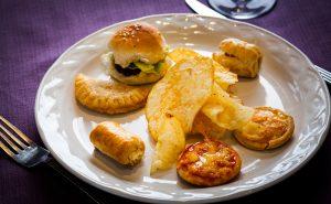 Mini hamburguesas ,hojaldre de queso crema y pimientos, con empanada, quiche lorraine, y salchicha hojaldrada y pizza de pepperoni.