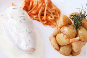 Suprema de ave al estragón con espaguetti arabiata y papa galeana