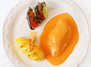 Suprema de ave a los tres quesos con vayaldi de verduras y papa al vapor con pimientos