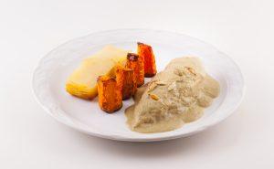 Suprema de ave, salsa de pepita de calabaza, mil hojas de papa con poro zanahoria rostizada