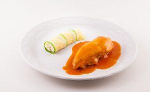 Suprema de ave, en su jugo con chile morita y canelón de calabaza relleno de arroz