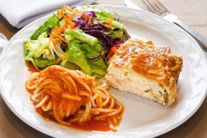 Pastel de pollo con ensalada mixta y espagueti arabieta