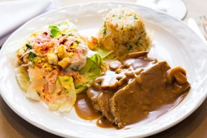 Pastel de carne con ensalada residence y arroz hindú