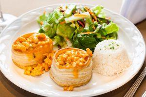 Volován de pollo con arroz y ensalada mixta