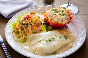 Crepas residence con ensalada residence y medio tomate con ensalada rusa