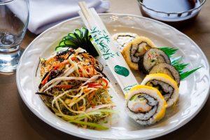 Trio de sushi con ensalada oriental