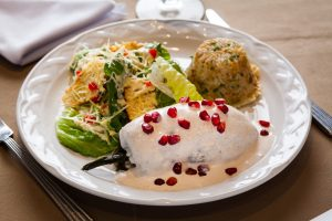 Chile en nogada con ensalada tipo césar y arroz hindú